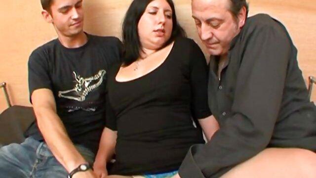 Ha spinto le mutande fuori dalla sua figa amatoriale donne mature italiane e lo ha scopata alla pecorina sul letto di casa