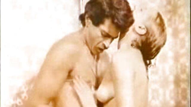 La donna donne mature amatoriali nude nera succhia il cazzo flaccido e lecca il culo all'amante bianco