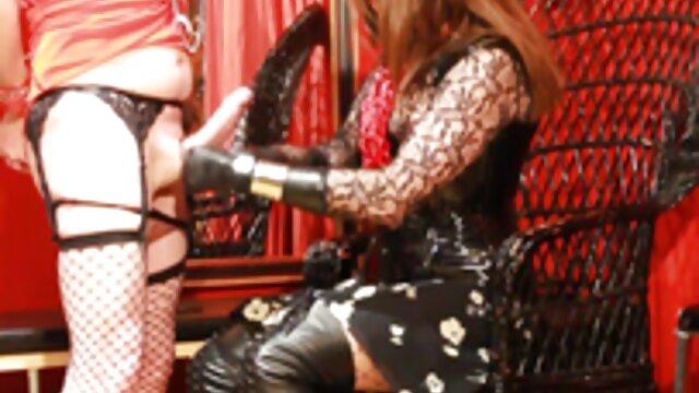 Butt Plug anale con culo cazzo regina Lily Glee si siede su un grosso mature porche amatoriali cazzo