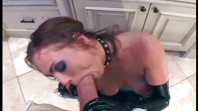 Bruna mature amatoriali nude dolcemente succhia il cazzo del driver nel traffico