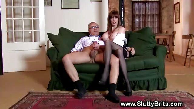 La donna ha costretto l'uomo a annusare le scarpe e allo stesso amatoriali mature nude tempo toccarlo con il piede.