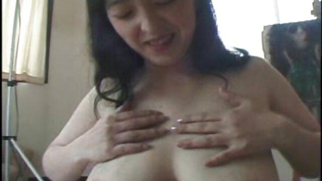 L'uomo consente al capo maturo di milf porno amatoriale succhiare il suo cazzo di grasso