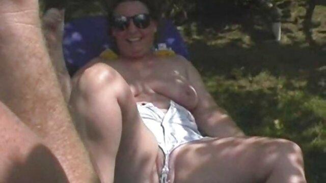 Jade Stevens adora porno amatoriale mature gratis il suo grande culo in piscina