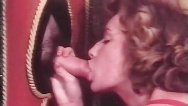 Granny dai capelli grigi si amatoriali italiani mature masturba la figa davanti alla webcam