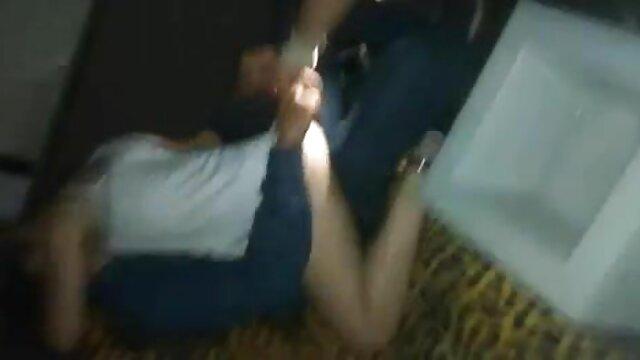 La babysitter eccitata Gloria fa in modo donne mature amatoriali porno che la ragazza adulta salti sul suo grande strap-on