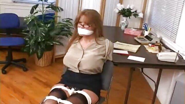Tizio messo in milf porno amatoriale scena hardcore anale bruna in preservativo