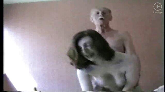 I ragazzi scopano donne pelose amatoriali il capo maturo sotto il portico dopo la festa aziendale