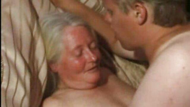 Janice Griffith, amatoriale matura con ragazzo Emily Mena inserisce un grosso dildo in là piccolo