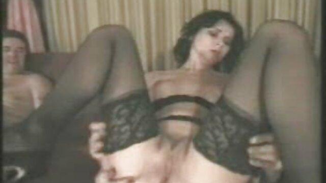 Jada è giocoso e sexy video amatoriali donne anziane quando si masturba su una sedia